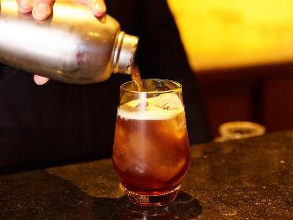 バーテンダーが淹れるこだわりの1杯、シェイカーで作る新スタイルのアイスコーヒー